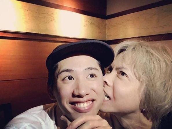 Hyde、Takaの顔面に噛みつくwwwwww