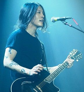Miyavi_at_Irving_Plaza_on_October_31,_2011(cropped)
